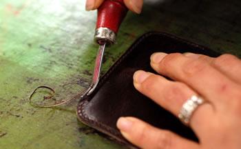 二つ折り財布を手作業で製造しています
