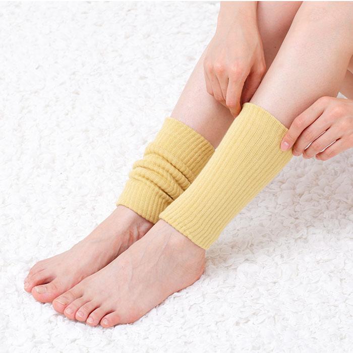 素足にマスタードのあったかい、米ぬか手首・足首ウォーマーを着用