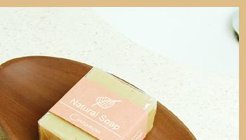 サウォウッドで出来たソープディッシュは綺麗でなめらかな木目と肌さわりが特徴で天然素材の良さが存分に発揮されたアイテムです。