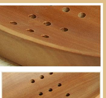 綺麗な木目となめらかな肌さわりが特徴のサウォウッド。中央に水抜き用の穴があり、石鹸が溶けるのを防ぎます。