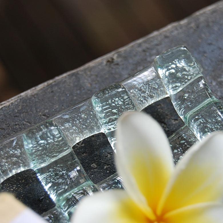 表面に凹凸があるので滑りやすい石鹸も置きやすい設計となっています。