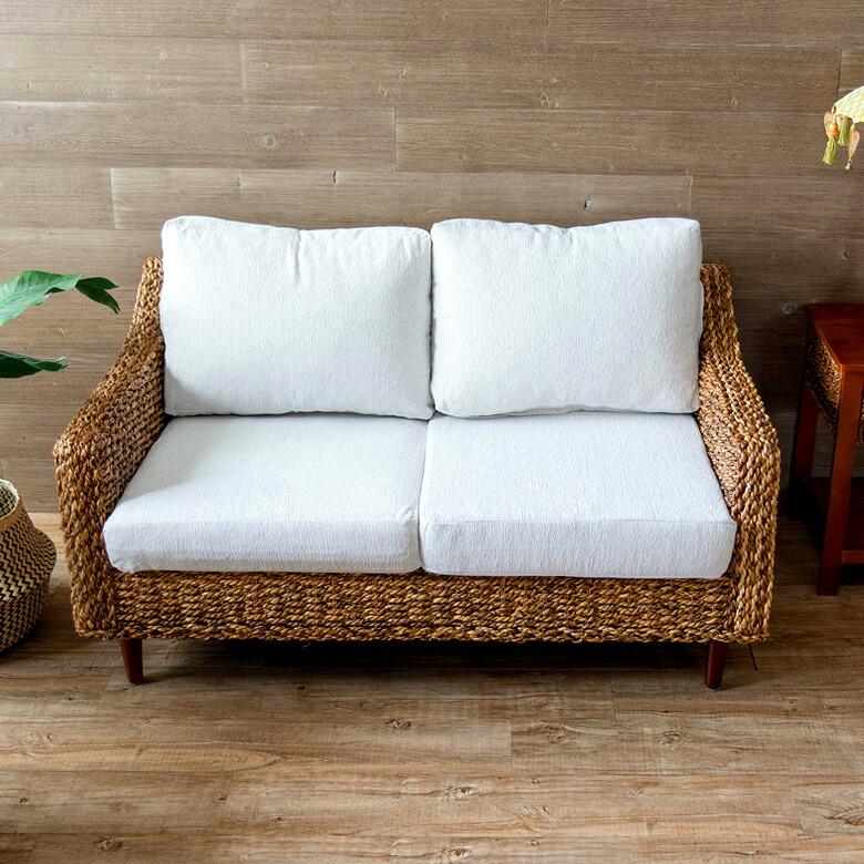 天然アバカ素材でできた 2人掛けソファ