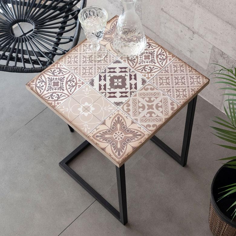 アジアンなムードたっぷりのアンティークタイル柄サイドテーブル。