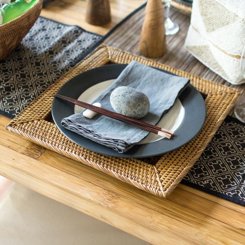天然のラタンで編まれたバリ島のプレートトレイ