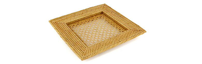 バリ島の職人がひとつひとつ丁寧に編み込んだプレートトレイ。