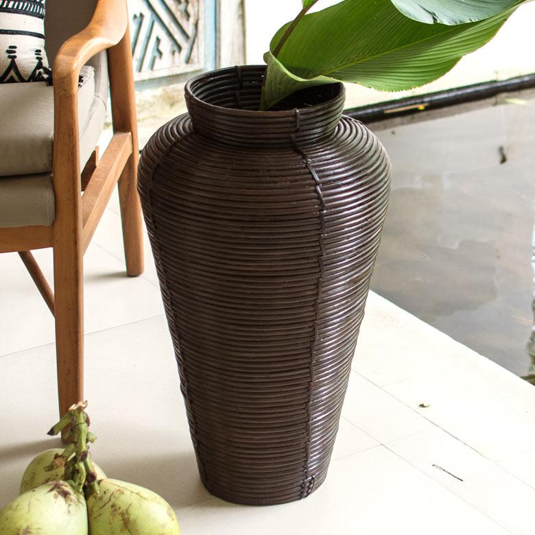 籐素材で作られた、壷型のバスケット。