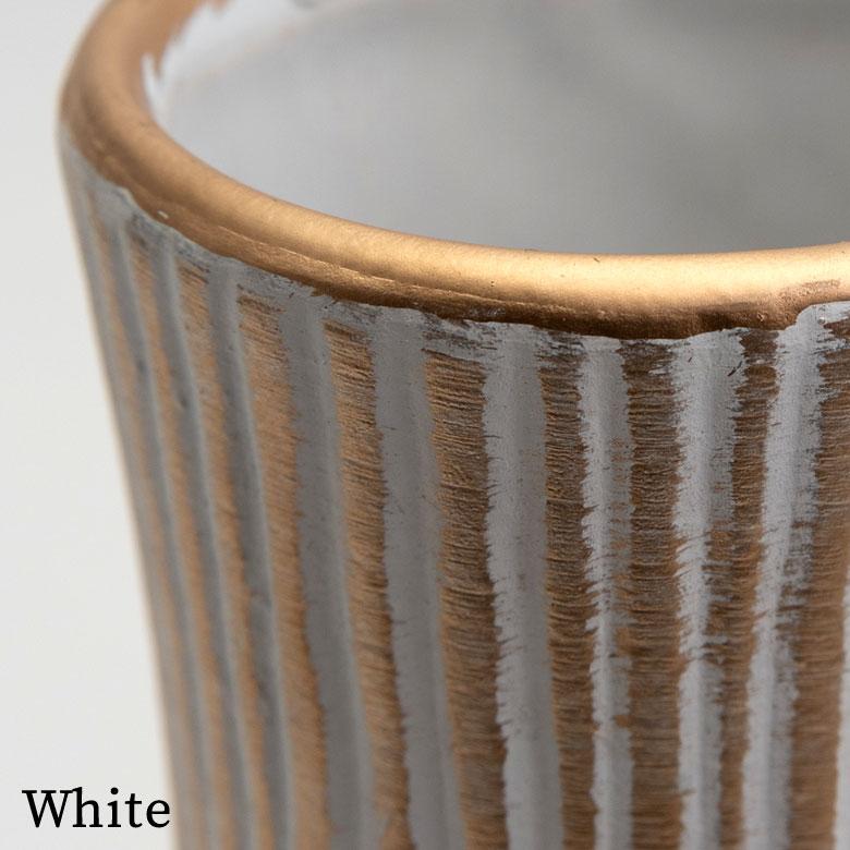ホワイトは、ランダムに入れられた筋の凹んだ部分が白