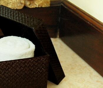 パンダンで編まれたフタ付き収納ボックスは長方形タイプで、