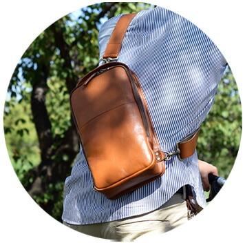 キメの細かい革を使用した本革ボディバッグ