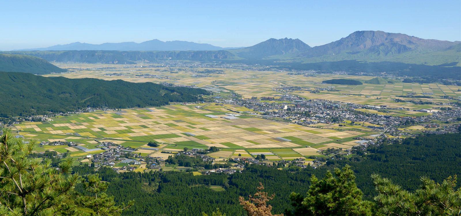 阿蘇北外輪山より阿蘇谷を望む