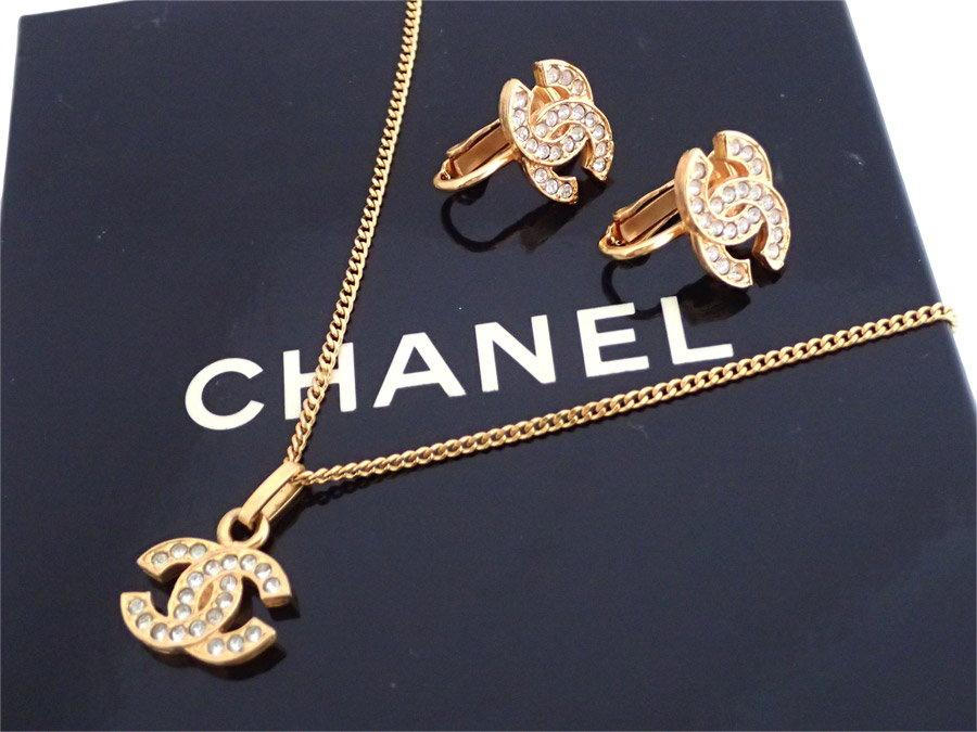 It Is Chanel Here Mark Earrings Necklace Set Lady S Silver X Gold Metal Ings Rhinestone Material Soot Used