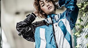 青がオシャレなレディース人気のスノーボードウェア