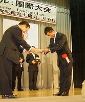 ダイヤモンド褒賞で表彰される笠原さん