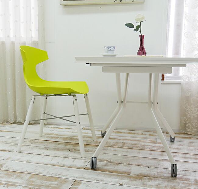 白いリフティングテーブルに合う明るい緑色のオシャレなイタリア製デザイナーズチェア
