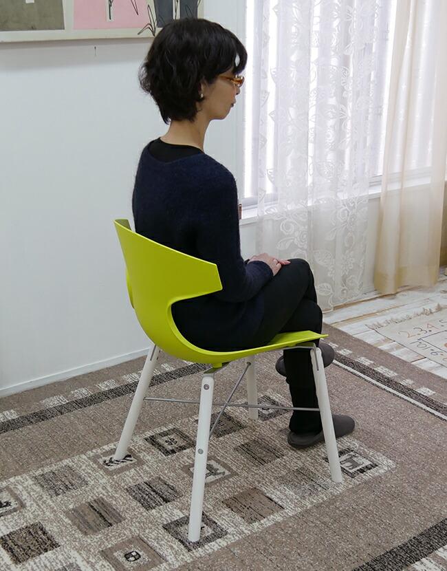 個性的な形のデザイナーズチェア 芸術作品のような椅子