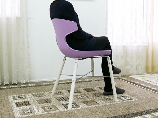 上品な紫色のデザイナーズチェア