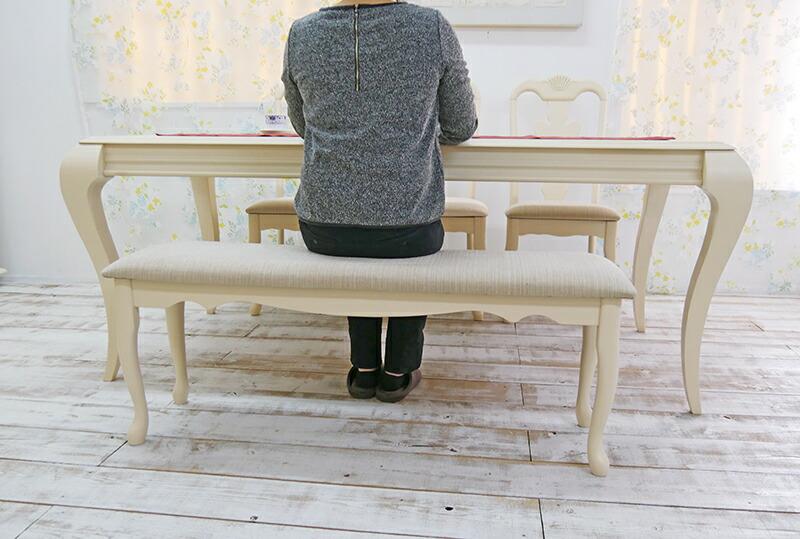 優美なガブリオレが素敵なダイニングテーブルセット