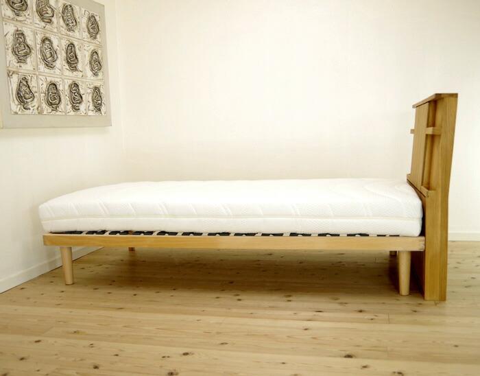 シングルベッド用ヘッドボードです。 ナラ無垢材(一部ナラ付板)を使ったオイル仕上げのヘッドボードです。  小物を立てかける棚と、裏面には小物入れが着いています。