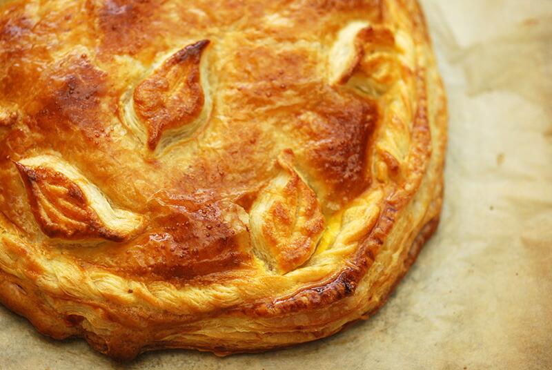 ハムとほうれん草、ペシャメルソースのパイ包み