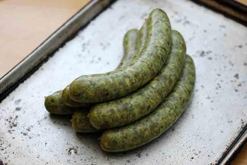 ご近所の山田農園で穫れた春野菜をふんだんに練り込んだ春のソーセージです。
