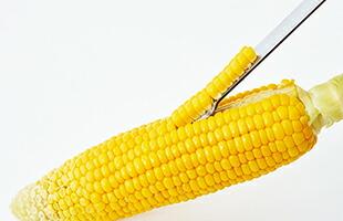 お料理に必要不可欠というわけではありませんが、トウモロコシを剥く作業を簡単に、楽しくしてくれる便利なツールです