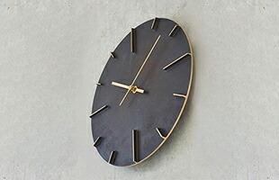 Lemnos 掛時計 Quaintは打ち放しコンクリートや煉瓦といった壁面に掛けても存在感を感じる、豊かな質感を持った時計となります。