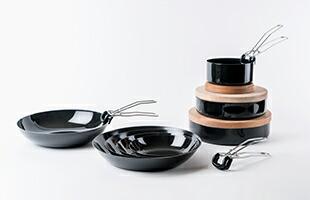 取り外し可能な取っ手(別売り)や鍋敷きとしても使用できる蓋(別売り)を使用する事で調理の幅を広げることが出来ます