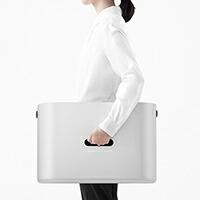 ワイヤーを通す穴はケースの持ち手にもなります。また、ケースを樹脂製にすることで女性でも持ち運べる軽さに作られています