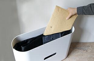 小さな荷物の場合は、そのままケースの中に入れ鍵を閉めます