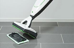 内蔵されているタンクに専用洗剤3mlと水道水260mlを入れてクロスキャリアを床に置き、SP600をその上へ転がして傾けると自動的に装着完了し、すぐにお掃除が出来る状態となります