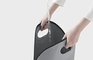 セットを収納している防水バッグは、約15リットルの生活用水が運搬できるバケツとしても使えます