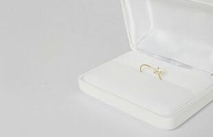 トラフ建築設計事務所/ring/White Topazは高級感のある白い専用のBOXに入れてお届け致します