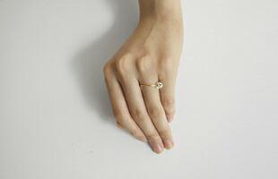 宝石を扱う方々が石を扱う際には、指と指の間に石を載せるそうです。そんな所作も取り込んだ、ユーモアも感じさせながら美しいデザインです