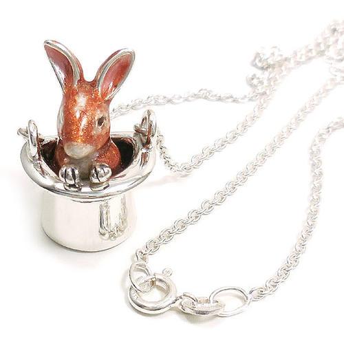 帽子に入ったウサギのシルバーネックレス