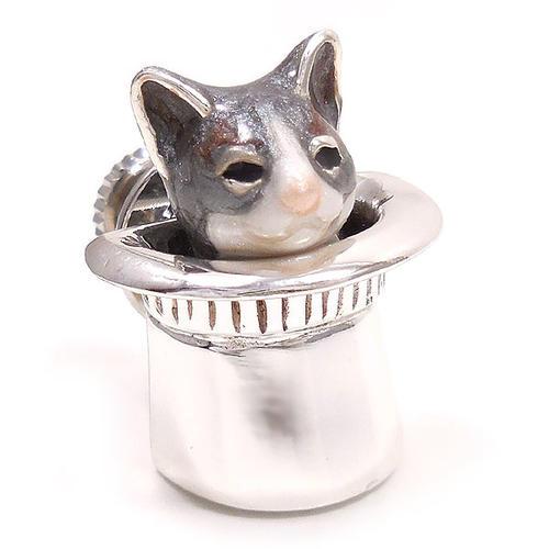 サツルノ:帽子に入った猫のピンズ