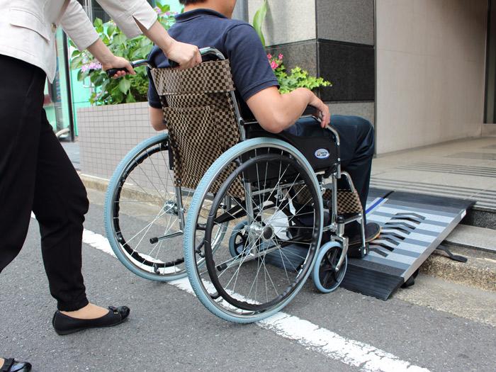 フリースロープ 階段・段差解消  歩行者 台車 車椅子スロープ 適用段差100〜200mm 基本セット 持ちびタイプ 2枚折り畳み式 左右脱輪防止付