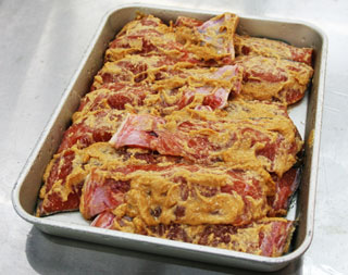 秋鮭を味噌粕に漬けこみ