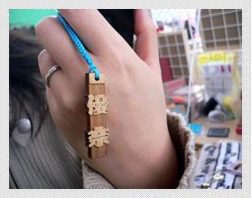 型破り木札切彫り携帯ストラップ 携帯装着時
