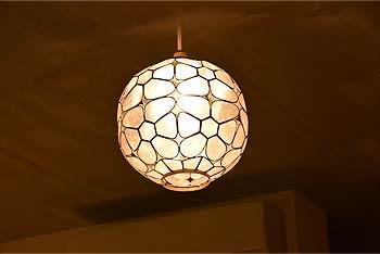 アジアン照明。花モチーフのシェル製ペンダントライト