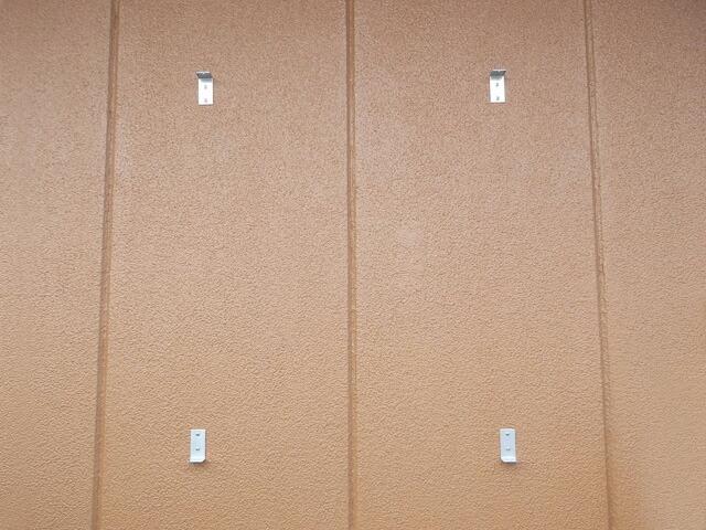 壁面用アルミ掲示板(中)金具取付