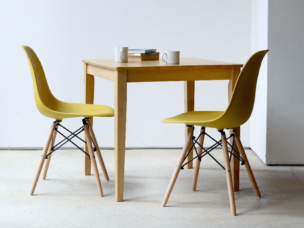 木製のダイニングテーブルセット