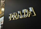 26aa612bd2 1913年、創立者のマリオ・プラダ (Mario Prada) とフラテッリ・プラダ(Fratelli Prada)兄弟が、ミラノの中心にあるガレリア・ヴィットリオ・エマヌエーレII世に、  ...
