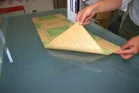 1.アクリル板の紙を両面はがします