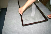 2.アクリル板を木枠にセットします