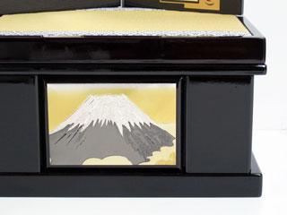 節句の五月人形の兜を収納する正面の幕板に富士山がデザインされた彫金仕様の花梨塗り兜収納飾りの台