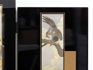 節句の五月人形の兜の後ろに配置する松鷹がデザインされた彫金仕様の花梨塗り兜収納飾りの屏風