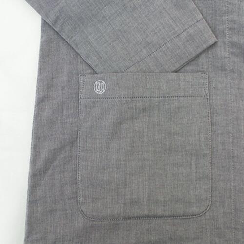 上着右下のポケットにIZUMMの「ブランドロゴ刺繍」