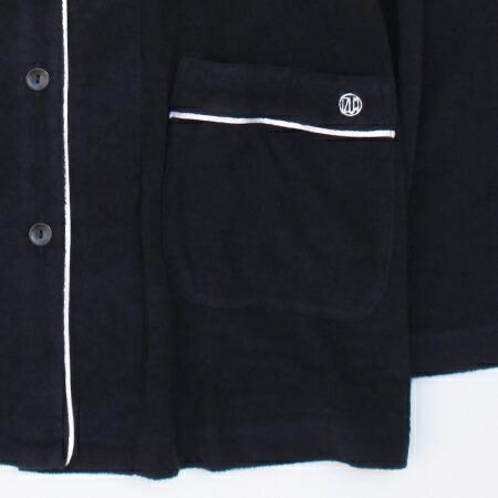 「胸ポケット」の左側にはブランドロゴ刺繍