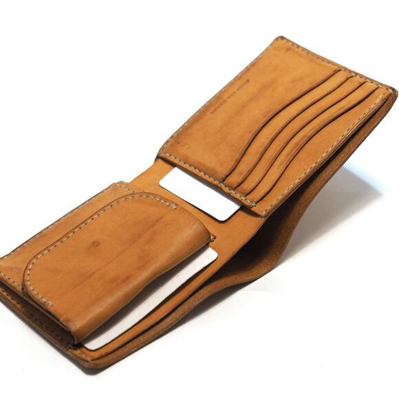 76c9cee74468 2つ折り財布のオールドオイル仕様。 上質なイタリア産のオイルレザーを使用しており、 1点ずつ手作業にてエイジング加工を施しているため革の表情には個体差がござい  ...