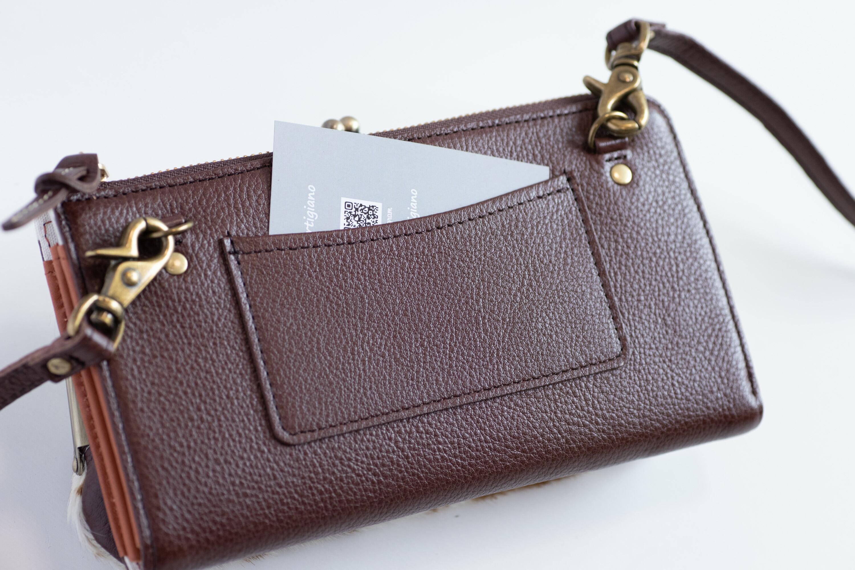 後ろ面についているポケットにはICカードなどが入れられます。